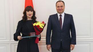 Роман Головченко вручил Благодарность Президента главному бухгалтеру Наталье Громыко