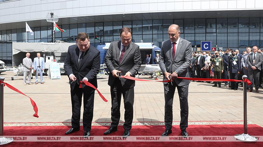 (слева направо) председатель Государственного военно-промышленного комитета Дмитрий Пантус, премьер-министр Роман Головченко, государственный секретарь Совета безопасности Александр Вольфович
