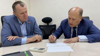 Во время совещания на предприятии. Фото Совета Республики