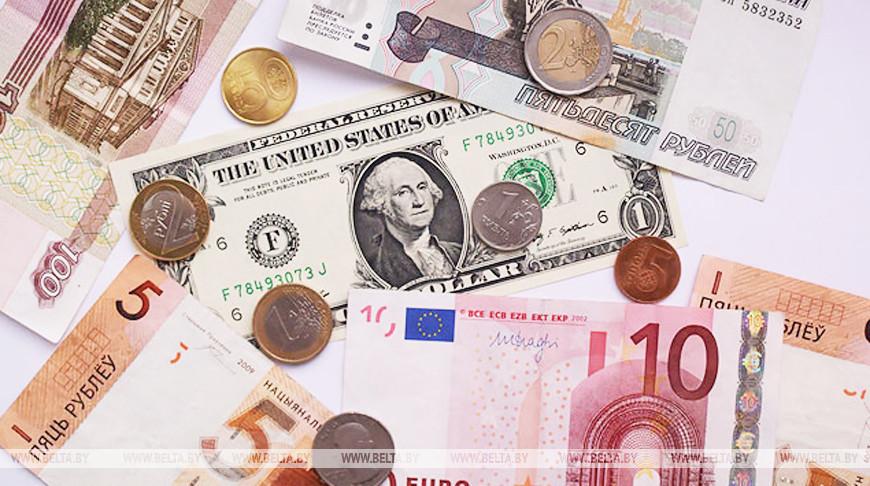 Белорусский рубль на торгах 4 августа ослаб к трем основным валютам