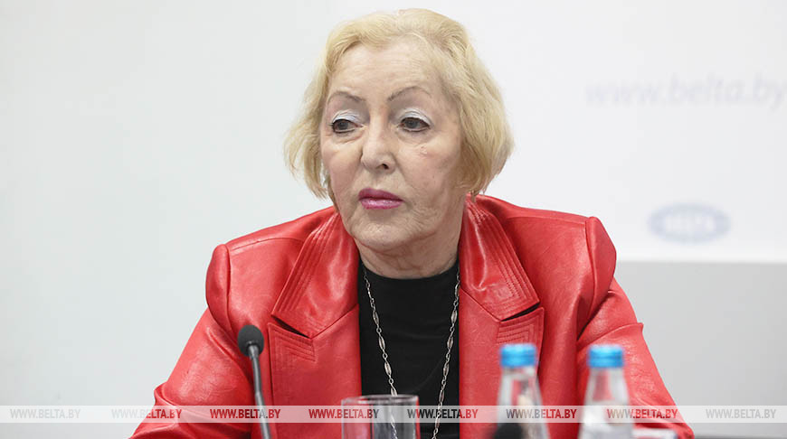 Ирма Моссэ во время круглого стола