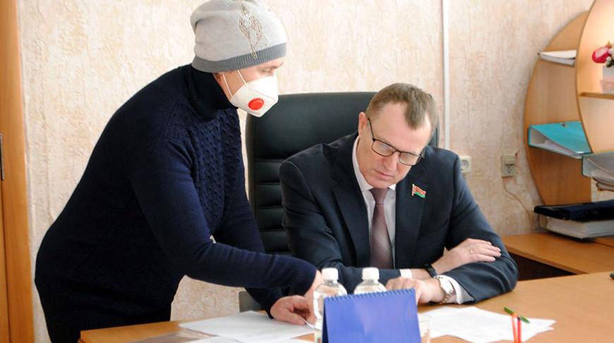 Во время приема граждан. Фото Совета Республики
