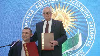Алексей Талай и Игорь Карпенко во время подписания