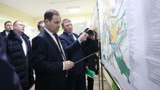Роман Головченко во время посещения Смолевичей