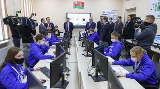 Роман Головченко во время посещения технопарка
