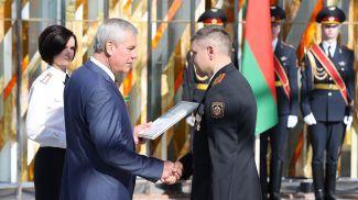 Награды вручает Владимир Андрейченко