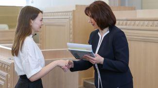 Председатель Совета Республики Наталья Кочанова вручила диплом Надежде Демедюк из Олтушской средней школы