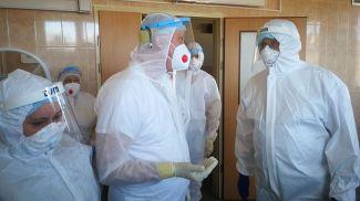 Дмитрий Пиневич во время посещения Жодинской центральной городской больницы. Фото Минздрава