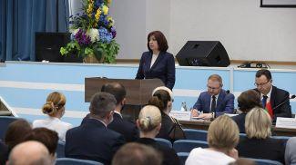 Наталья Кочанова выступает на встрече с коллективом предприятия