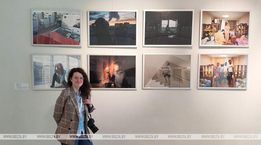 Оксана Манчук на фоне своего проекта