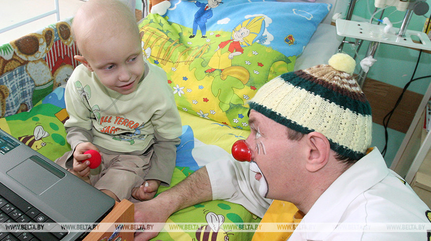 Тренер Итальянского Красного Креста Барбара Вилла обучает волонтеров в Беларуси клоунотерапии.