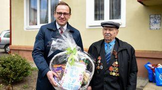 """Накануне Дня Победы """"Евроопт"""" вручил продуктовый набор каждому ветерану нашей страны"""