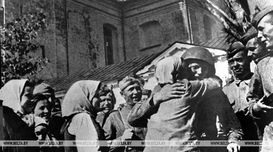 """Операция """"Багратион"""". Жители Полоцка встречают воинов-освободителей, 1944 год"""
