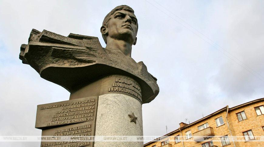 Памятник первому Герою Беларуси Владимиру Карвату в Бресте. Фото из архива