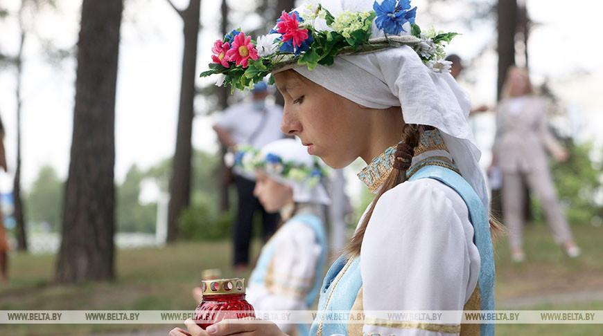 Во время церемонии возложения