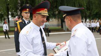 Министр внутренних дел Иван Кубраков вручает погоны сотрудникам органов внутренних дел