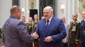 Александр Лукашенко вручил погоны государственного советника таможенной службы III ранга Павлу Лобачеву
