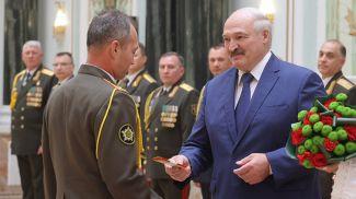 Александр Лукашенко вручил погоны генерал-майора Андрею Матиевичу