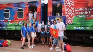 """Участники проекта """"Республиканский молодежный поезд #БеларусьМолодежьЕдинство"""" на железнодорожном вокзале в Гродно"""