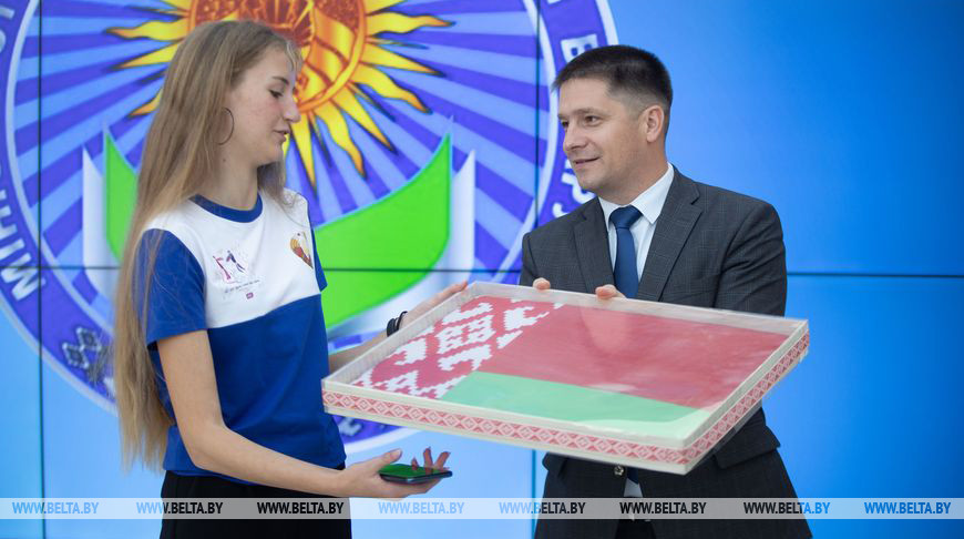 Александр Кадлубай вручает государственный флаг Республики Беларусь капитану сборной Марии Хвост