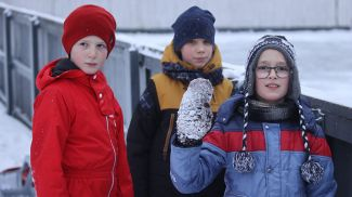 Дети в ожидании открытия катка