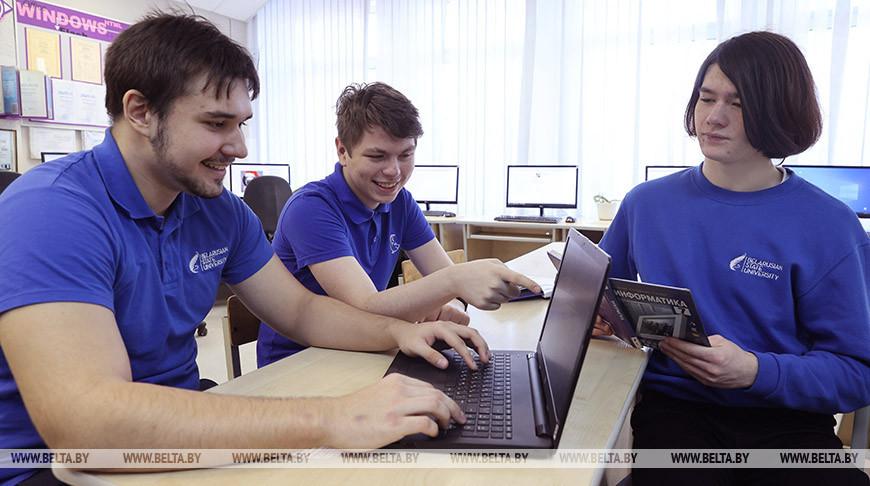Серебрянные призеры олимпиады Николай Новицкий, Константин Смирнов и бронзовый призер Владислав Адаменко
