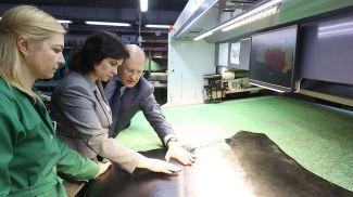 Татьяна Лугина во время посещения предприятия