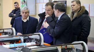 Роман Головченко во время посещения предприятия