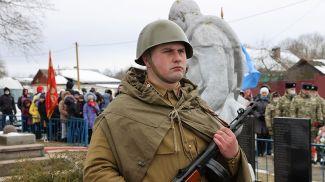 Боец поискового отряда Олег Миргунов во время церемонии