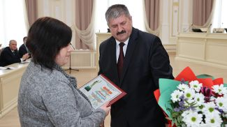 Геннадий Соловей вручает награду Кристине Лиснер