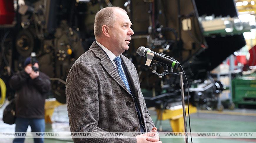 Иван Носкевич во время посещения предприятия