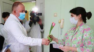 Начальник главного управления по здравоохранению облисполкома Михаил Вишневецкий поздравляет Кристину Семашко
