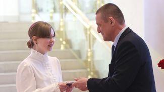 Леонид Заяц вручает паспорт Лилии Кононовой