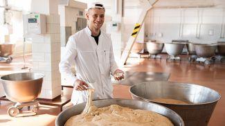 Технолог Виталий Ващук берет на пробу тесто