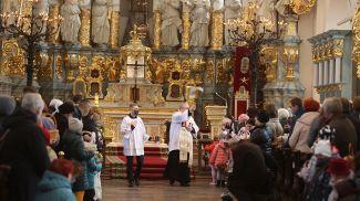 Настоятель костела Святого Франциска Ксаверия Ян Кучинский освящает Пасхальную пищу