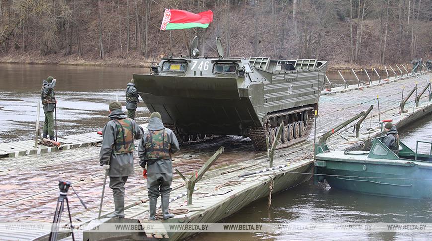 Военнослужащие понтонно-мостового батальона 557-й инженерной бригады навели понтонный мост