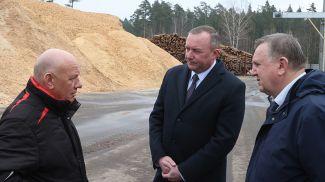 Леонид Мартынюк знакомится с переработкой Кличевского лесхоза