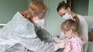 Врач-педиатр, аллерголог-иммунолог, профессор кафедры педиатрии Белорусской медицинской академии последипломного образования Надежда Титова проводит осмотр маленькой пациентки