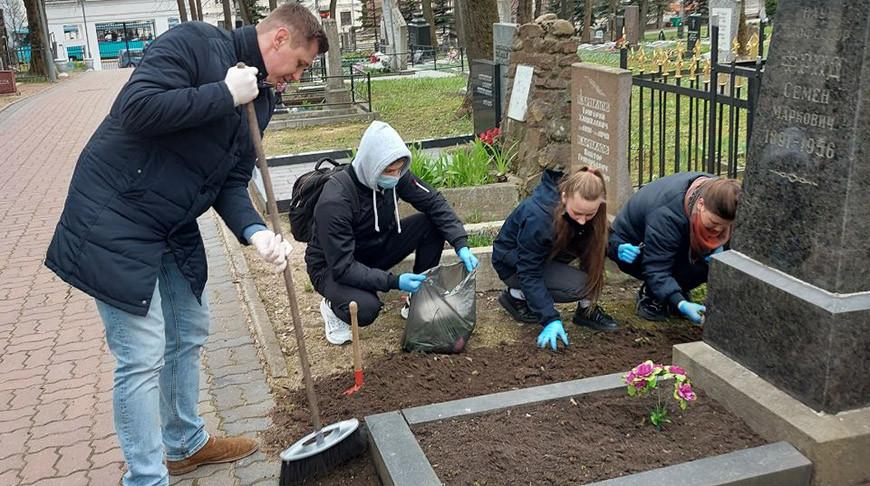 Профсоюзная молодежь Минска благоустроила захоронения заслуженных деятелей медицины