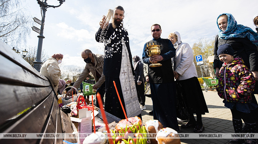 Во время освящения пищи в храме Всех Святых в Минске