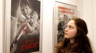 На выставке военных плакатов