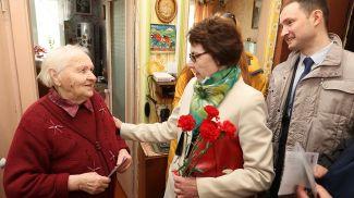 Председатель ветеранской организации Витебского облисполкома Зоя Крот поздравляет труженицу тыла Нину Грунину