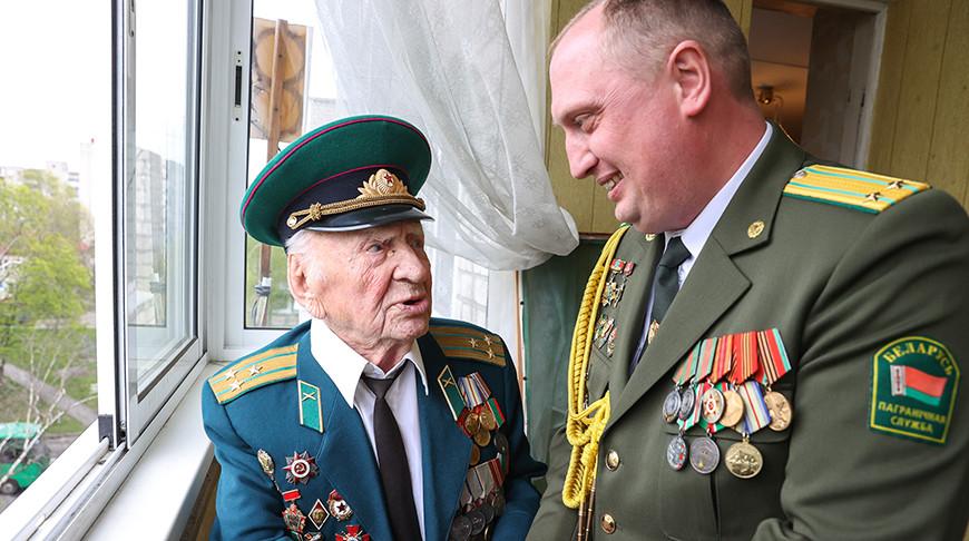 Брестские пограничники и таможенники поздравляют ветеранов с Днем Победы