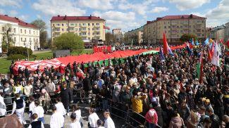 100-метровый Государственный флаг развернули в Могилеве