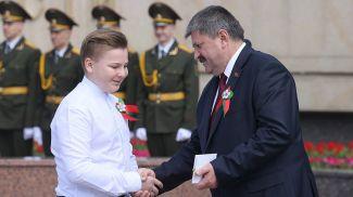 Председатель Гомельского облисполкома Геннадий Соловей вручает билеты и значки БРСМ