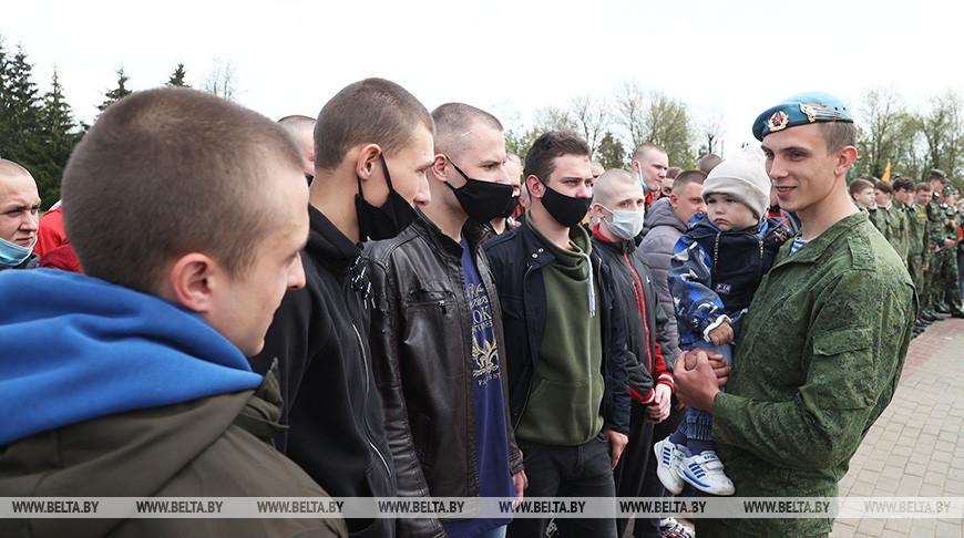 Бывший военнослужащий Андрей Миронов с сыном Владиславом во время беседы с призывниками