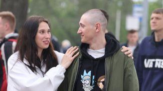 Новобранца Кирилла Шваякова из г.п. Октябрьский провожает сестра Татьяна