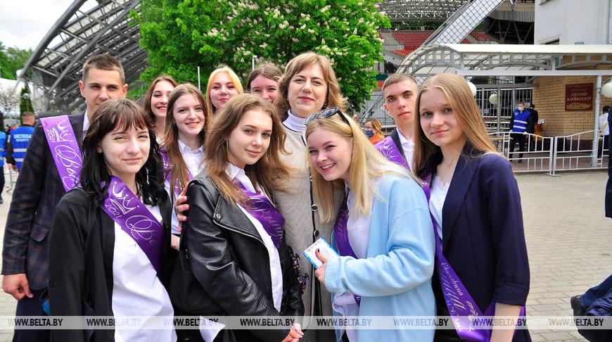 Наталья Савицкая со своими выпускниками