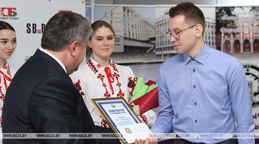 Геннадий Соловей вручает премию студенту Гомельского государственного технического университета имени П.О. Сухого Олегу Кнышу