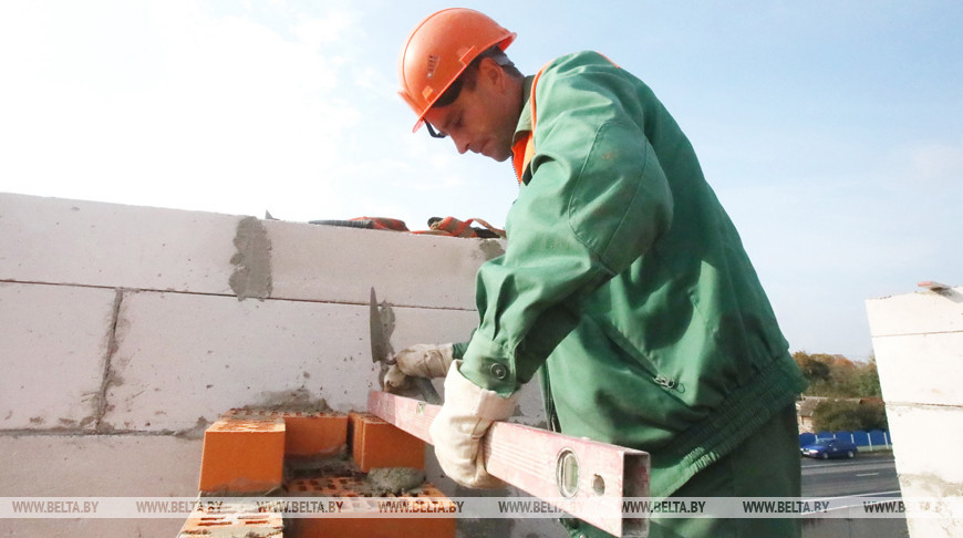Строительные работы 40-квартирного дома к «Дажынкам-2021» в Шумилино ведутся в две смены